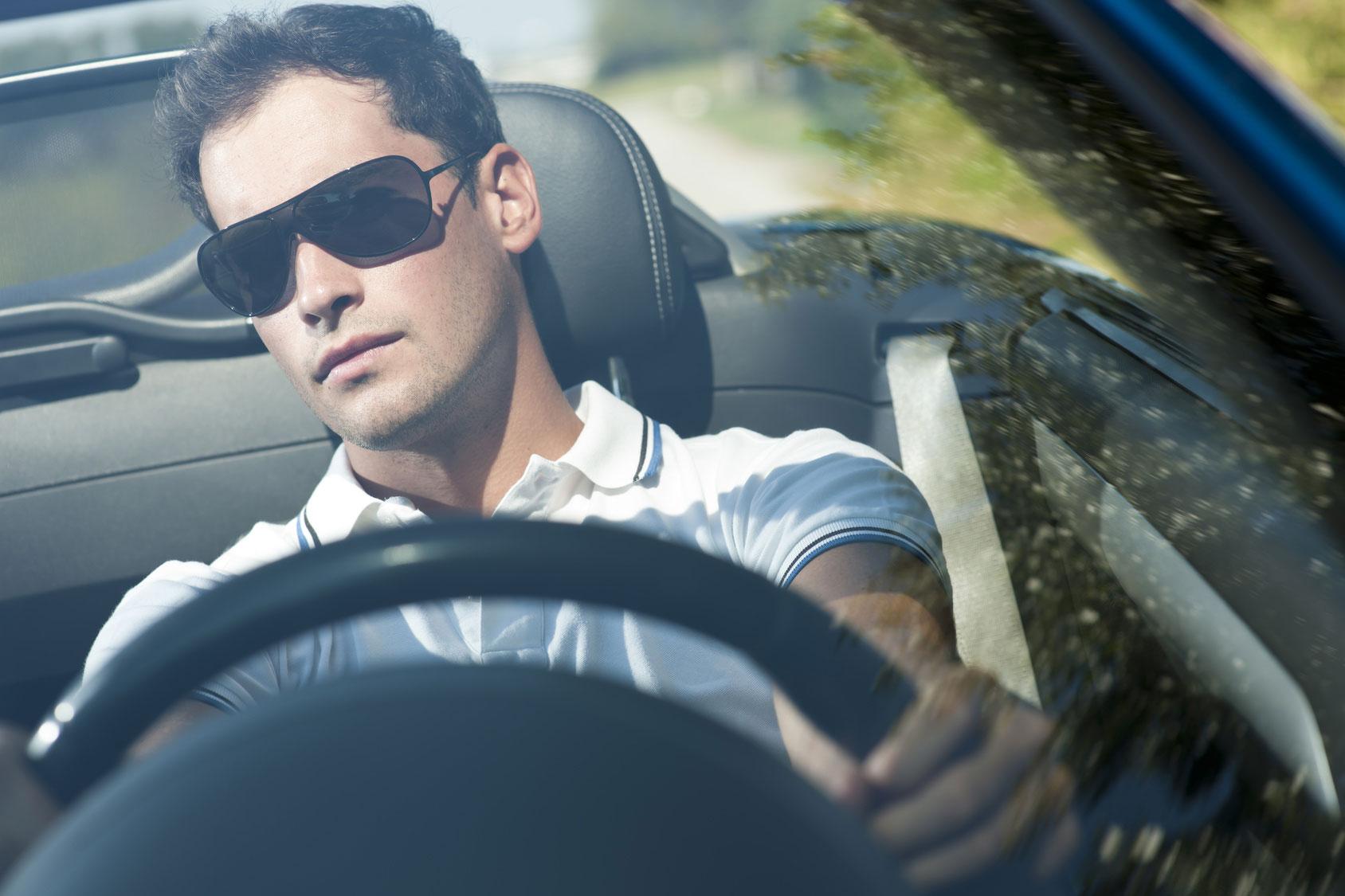 образом фото мужчина боком за рулем в очках открытка объемной